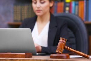 Richterin arbeitet am Computer
